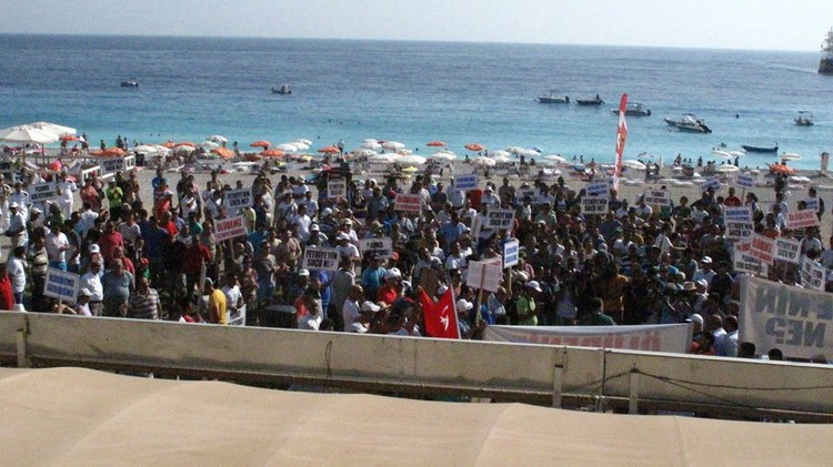 A large crowd gathered last Sunday to protest at the privitaisation of two of Oludeniz beaches.