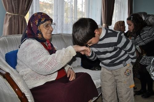 Turkish customs you might not know about part one fethiye times if a turkish person is greeting a grandparent or elder it is customary for them to kiss the right hand of said person and place their head to the hand m4hsunfo